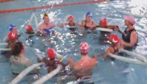 Schwimmunterricht in einem Pool eines Hotels